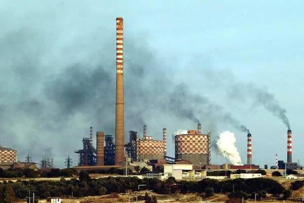 Veduta esterna dello stabilimento siderurgico Ilva di Taranto