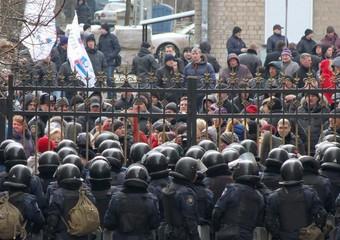 Filorussi assediano la sede della Regione