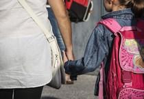 Una bambina accompagnata a scuola (ANSA)