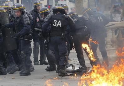 Gli scontri a Parigi contro il jobs act (ANSA)