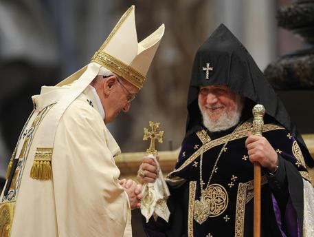 Papa Francesco e il patriarca supremo dei cattolici armeni, Karekin II © ANSA