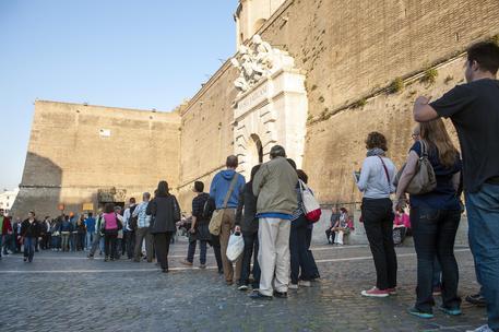 Persone in fila all'ingresso dei Musei vaticani (archivio) © ANSA