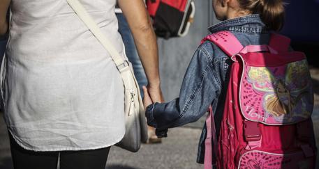 Una bambina accompagnata a scuola © ANSA