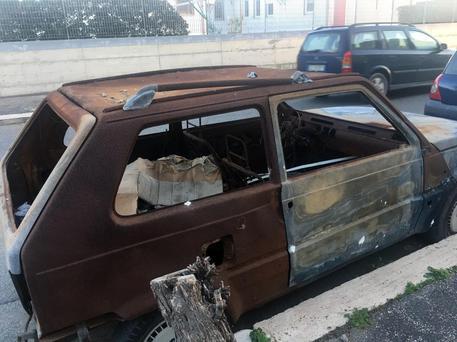 Auto bruciata ad Ostia © ANSA