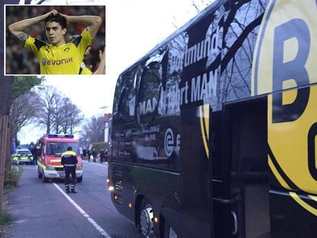 Il bus del Borussia Dortmund danneggiato dall'esplosione e, nel riquadro in alto a sinistra, il difensore della squadra tedesca, Marc Bartra, rimasto ferito dalle schegge di vetro © ANSA