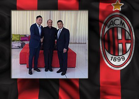 Nella foto Silvio Berlusconi con Han Li (a sinistra) e Yonghong Li (a destra) © ANSA