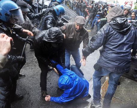 Tafferugli tra centri sociali e forze dell'ordine torino © ANSA