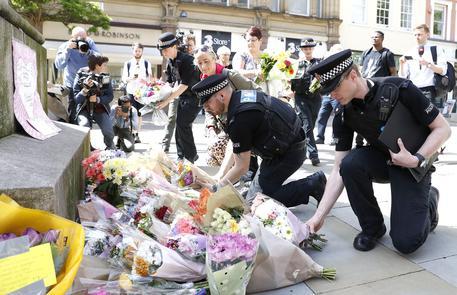 L'omaggio alle vittime della strage di Manchester © AP