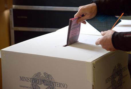 Operazioni di voto in una foto d'archivio © ANSA