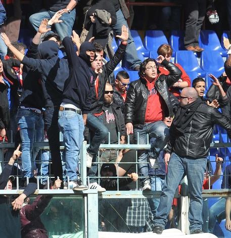 La contestazione dei tifosi genoani durante la gara Genoa-Siena, in una immagine del 22 aprile 2012,  allo stadio Luigi Ferraris di Genova © ANSA