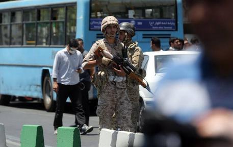Polizia iraniana nelle zone colpite dall'attacco kamikaze © EPA