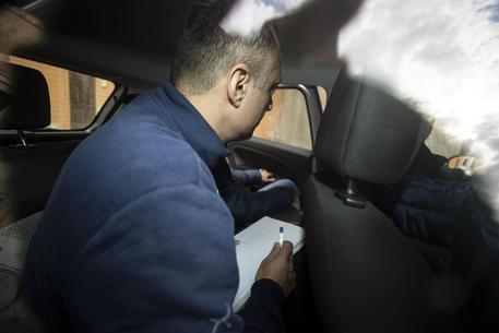Il presidente della assemblea capitolina Marcello De Vito entra nella caserma di via in Selci dove verrà interrogato © ANSA