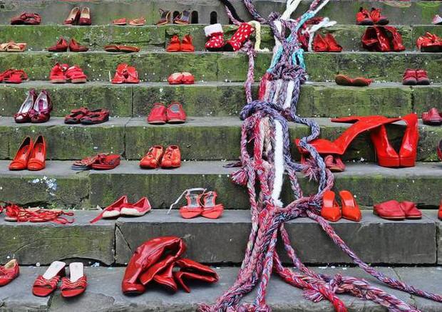Scarpe rosse simbolo della lotta alla violenza sulle donne © ANSA