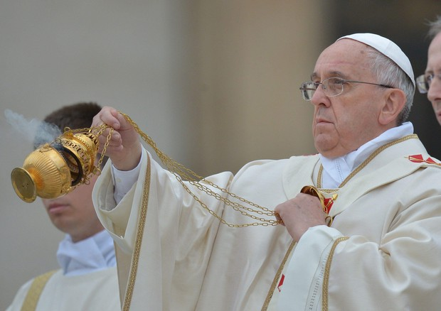 Papa Francesco con l'incensiere (ANSA)