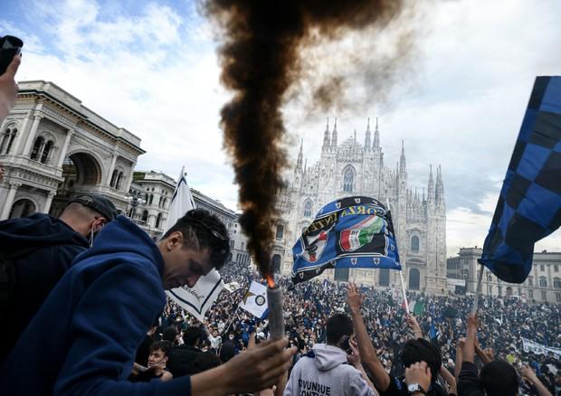 La festa scudetto dei tifosi dell'Inter in Piazza Duomo © AFP
