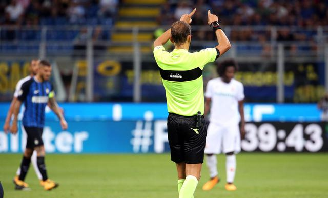 Momento decisivo allo Stadio Giuseppe Meazza, quando l'arbitro Tagliavento chiama l'utilizzo del VAR durante Inter-Fiorentina, foto: ansa