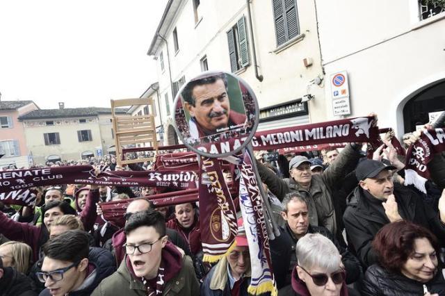 L'ultimo saluto dei tifosi a Emiliano Mondonico a Rivolta d'Adda. Foto: ANSA.