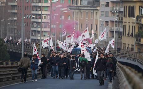 TAV: A ROMA CORTEO INVADE E BLOCCA TANGENZIALE