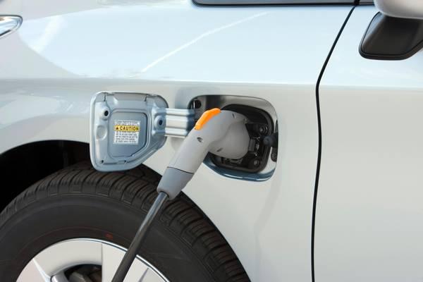 Nel mondo 2-4% automobilisti pronti acquisto auto elettriche