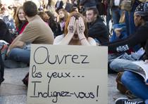 Idignati: protesta a Parigi con cartelloni e slogan
