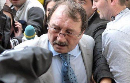 Zi DECISIVĂ pentru fratele preşedintelui. Mircea Băsescu a intrat în sala de judecată 418