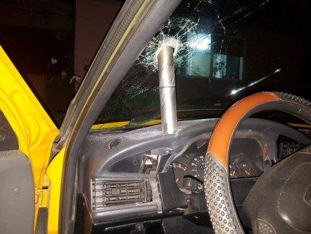 Un obiect misterios a căzut din cer și s-a înfipt în parbrizul unei mașini din Craiova 16