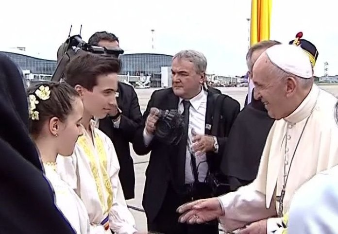 Povestea uimitoare a copiilor care l-au întâmpinat pe Papa Francisc pe Aeroportul Otopeni 16