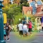 Familia convierte en ring instalaciones de Disneyland