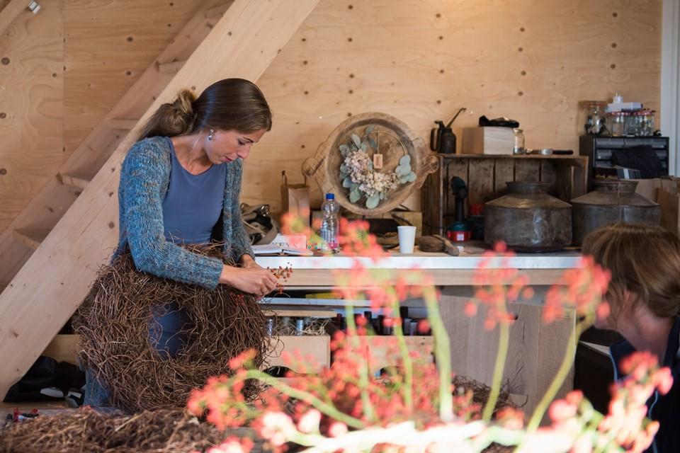 Janita van Antérieur Authentique demonstreert opmaak van salimkrans