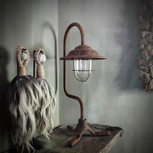 Afbeelding van tafellamp Dutch Lighting Collection op schouw voor gebruik op website van Antérieur Authentique