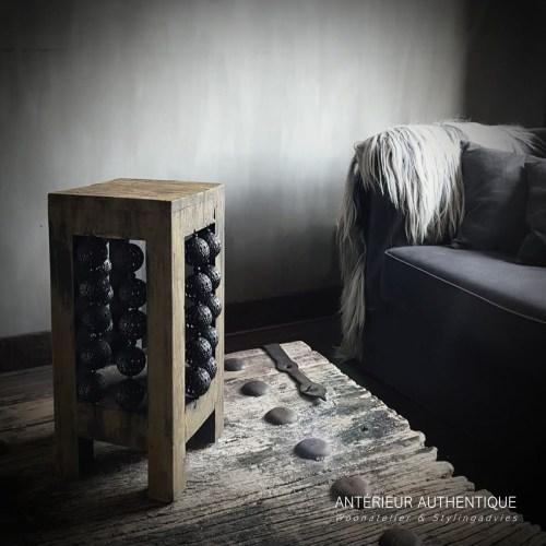 Foto van windlicht oud teak in huiskamer setting voor gebruik in webshop Antérieur Authentique