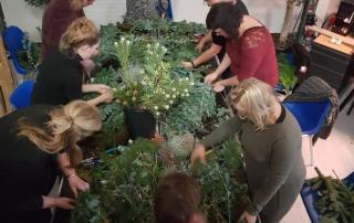 Deelnemers aan een workshop groendecoratie by Antérieur Authentique op industriele bedrijfslocatie.