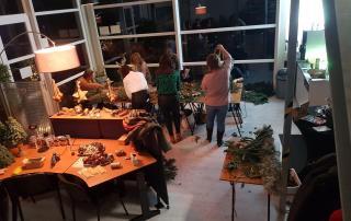 Er wordt volop gedecoreerd tijdens een workshop groendecoratie door Antérieur Authentique.
