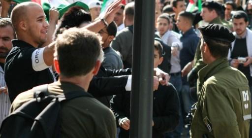 """Ein Ordner der Al-Quds-Demonstration """"gestikuliert"""" in Richtung der Teilnehmer der Gegenkundgebung, während die Berliner Polizei wegschaut © Holger Raak/haOlam.de"""