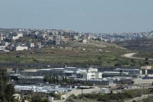Das Gebiet des Militärgerichtes in Ofer, im Hintergrund Ramallah