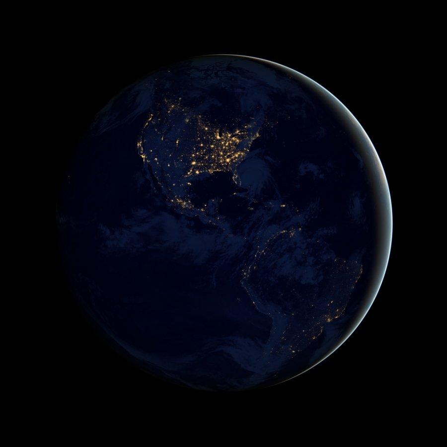 Οι επιστήμονες αποκάλυψαν την πιο λεπτομερή φωτογραφία της Γης την νύχτα σε συνέδριο  της γεωφυσικής ένωσης. Αυτή η φωτογραφία με τα φώτα των πόλεων, δημιουργήθηκε από εκατοντάδες εικόνες από έναν νέο δουφόρο της NASA.<br /> Ο νέος δορυφόρος είναι ξεχωριστός γιατί είναι εφοδιασμένος με έναν νέο αισθητήρα που λέγεται VIIRS, και μπορεί να συλλάβει εικόνες την νύχτα, ξεχωρίζοντας τα νυχτερινά φώτα με έξι φορές καλύτερη ανάλυση και 250 φορές καλύτερη ανάλυση των επιπέδων του φωτός από πριν.<br /> Αυτό σημαίνει πως μπορεί να ανιχνεύσει ελάχιστο φως στο μέγεθος μια κολώνας φωτισμού στον δρόμο ή μιας ψαρόβαρκας.</p> <p>Οι επιστήμονες μπορούνα να χρησιμοποιούν τις εικόνες για να εντοπίζουν και να μελετούν πυρκαγιές, φωτιές αερίου, την βόρειο σέλας , τα κύρια πληθυσμιακά κέντρα και περισσότερα.