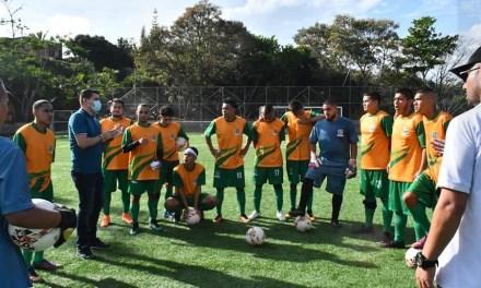 Dotación deportiva para los futbolistas de Santa Bárbara