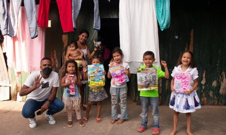 Joven líder repartió regalos en Caucasia