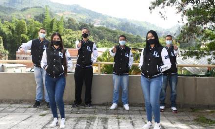 Estudiantes de 11° de Itagüí reciben chaquetas Prom 2021