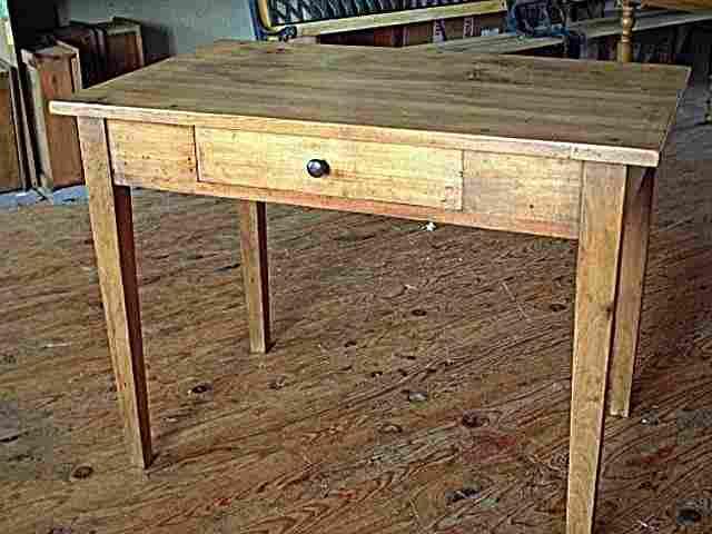 table bureau en hetre ancienne avec tiroir en facade de couleur clair et belle patine