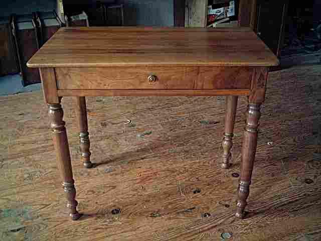 table bureau en noyer pieds tournes gros tiroir en facade belle qualite de