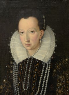 A portrait of an Elizabethan lady with pearl earrings, necklace and white lace collar from the English school carries an estimate of between -ú1,500 and -ú2,500