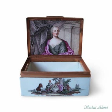 Gold mounted Meissen snuff box