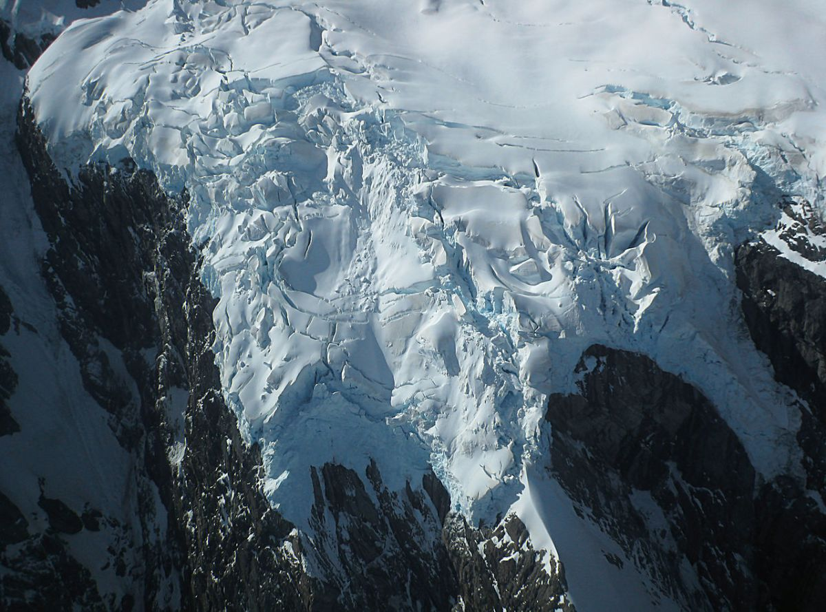 1280px-hanging_glacier_in_the_southern_alps