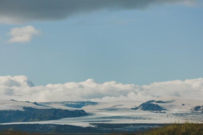 Brusande hav och strålande sol vid Vik på Island