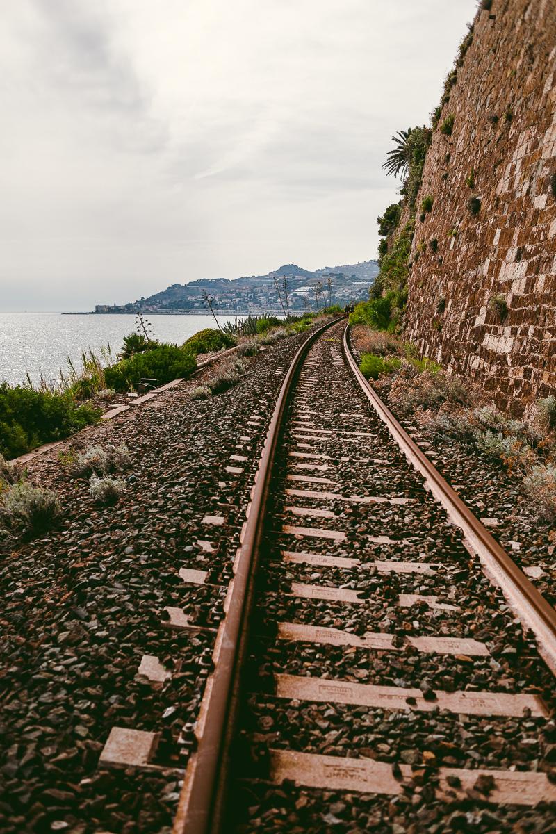 vandra på tågspår italienska rivieran