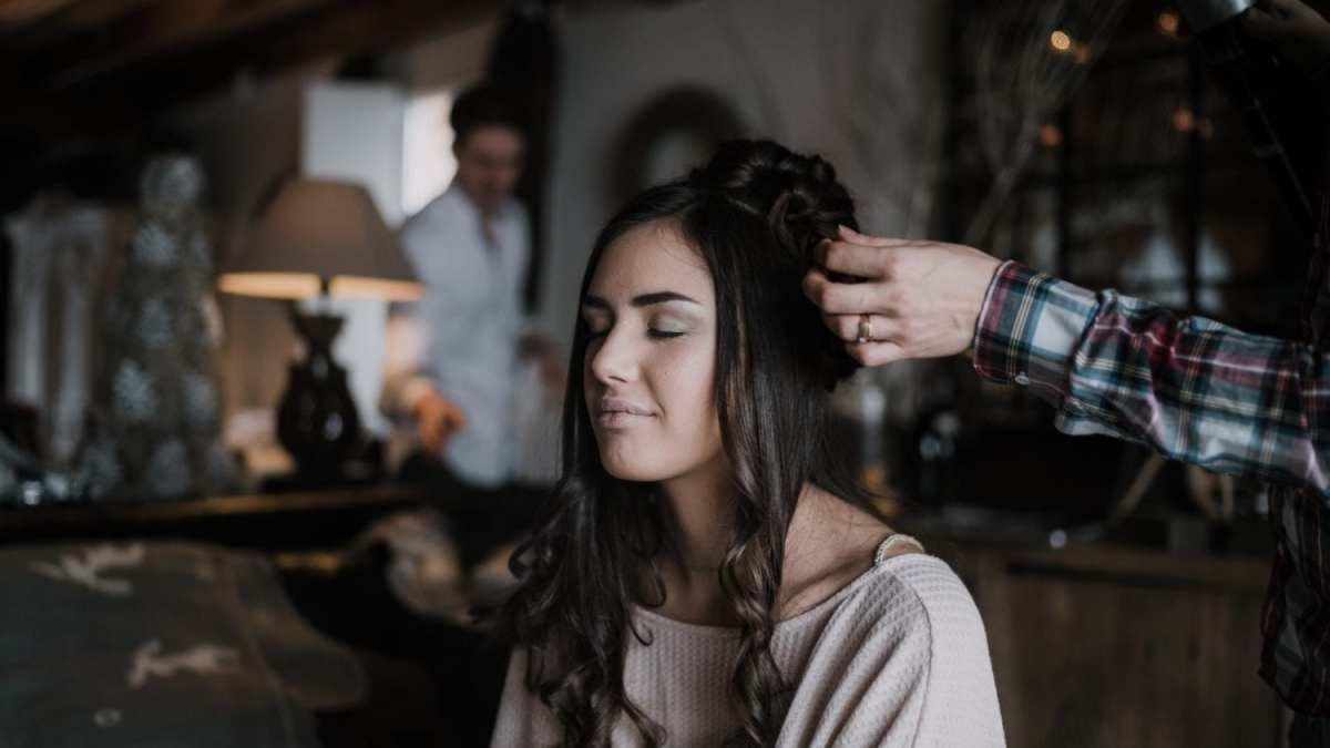 Coiffure et maquillage de la mariée Les preparatifs Mariage au Pays basque séance d'engagement couple elopement france Le meilleur photographe de mariage en Finistère Brest Morlaix Quimper
