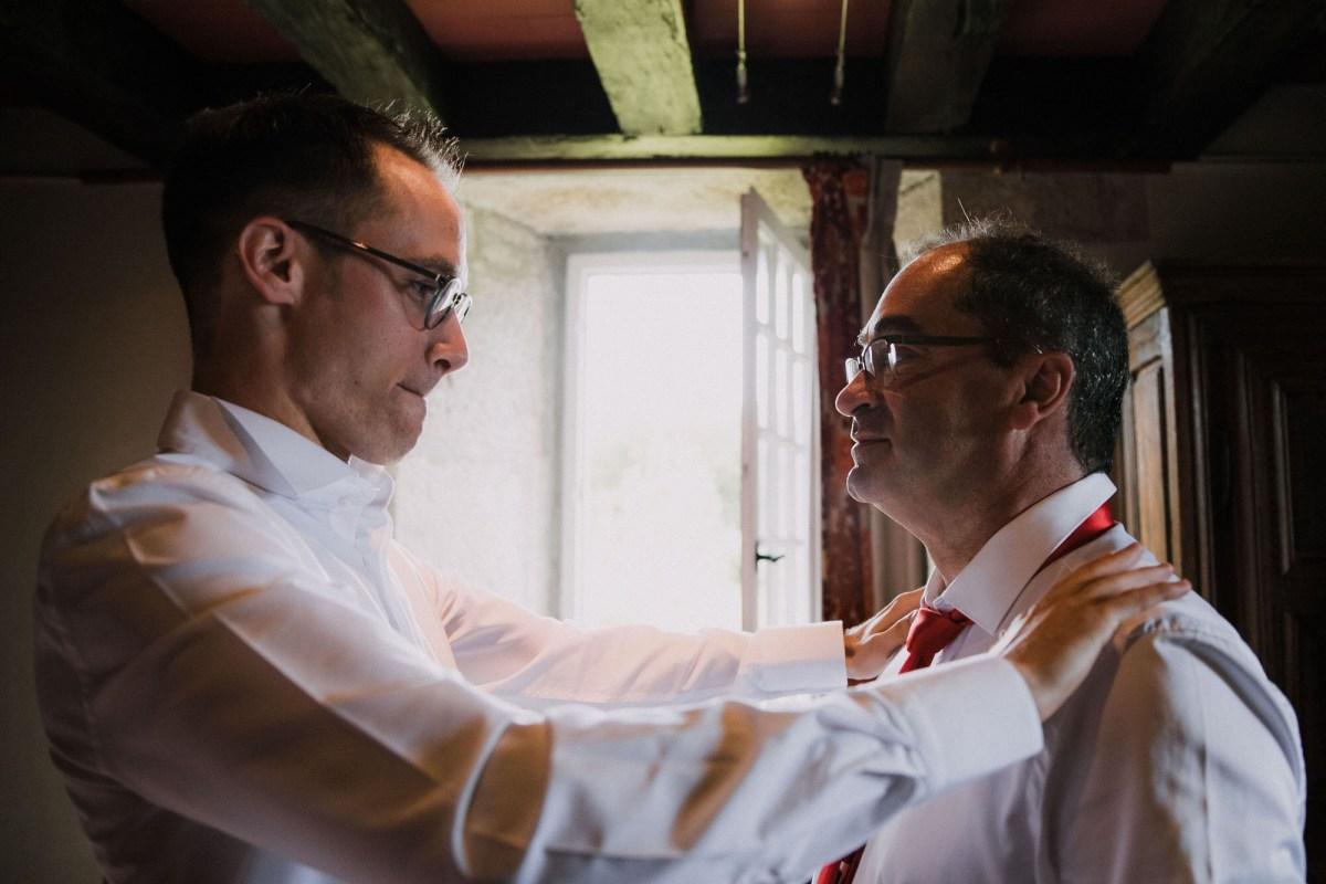 Préparatifs du marié costume photo de mariage au Manoir de Keroartz Lannilis