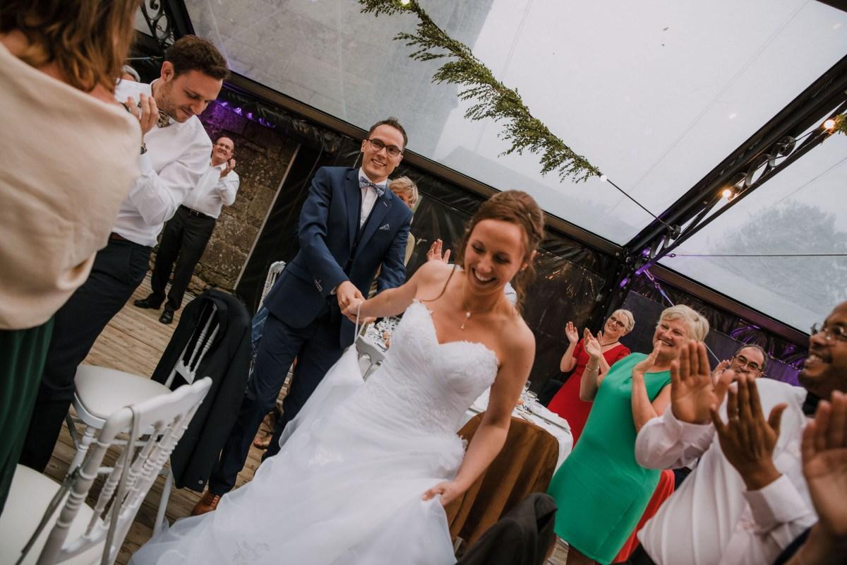 L'entrée des mariés photo de mariage au Manoir de Keroartz Lannilis