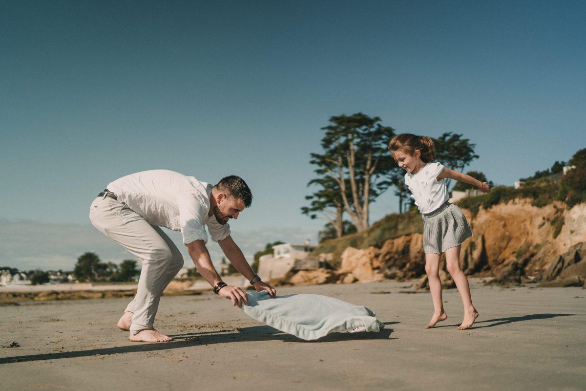 Photo de famille enfants et parents au bord de la mer sur la plage en Bretagne - Photographe pro studio photo à Brest et Quimper